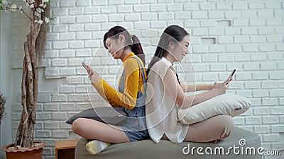 Οικογενειακά προβλήματα της έννοιας του εθισμού στο διαδίκτυο, μητέρα και έφηβη κόρη με δίκτυα smartphones απόθεμα βίντεο