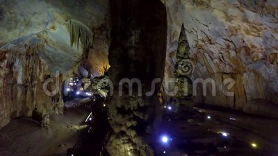 Οικολογικός παράδεισος του βαθιού αρχαίου σπηλαίου καρστ φιλμ μικρού μήκους