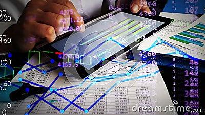 Οικονομικός αναλυτής που εργάζεται με τα επιχειρησιακά διαγράμματα και τους οικονομικούς αριθμούς on-line απόθεμα βίντεο