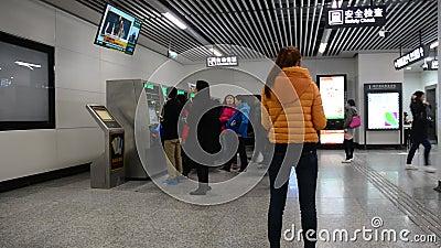 Οι άνθρωποι μπαίνουν στο σταθμό μετρό στο Τσάνγκσα, Κίνα απόθεμα βίντεο