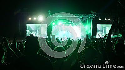 Οι ανεμιστήρες πηδούν και χορεύουν στη συναυλία, συγκινημένα κυματίζοντας χέρια ακροατηρίων στο φεστιβάλ βράχου, όπλα που αυξάνον φιλμ μικρού μήκους
