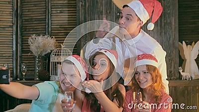 Οι ευτυχείς φίλοι παίρνουν selfie γιορτάστε τη φθορά santa μητέρων καπέλων κορών Χριστουγέννων εορτασμού Φίλοι που έχουν τη διασκ απόθεμα βίντεο