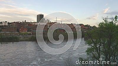 Οι ροές ποταμών του James ήσυχα από το στο κέντρο της πόλης ορίζοντα πόλεων και τα κτήρια του Lynchburg Βιρτζίνια απόθεμα βίντεο