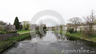 Οι ροές του Κεντ ποταμών μέσω της Kendal, Cumbria απόθεμα βίντεο