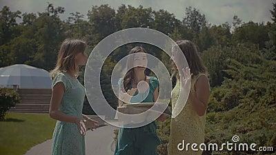 Οι συναισθηματικοί θηλυκοί τουρίστες διαφωνούν για την κατεύθυνση απόθεμα βίντεο