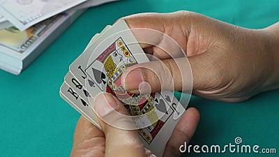 Οι τζογαδόροι ελέγχουν τα χαρτιά στα χέρια τους πριν στοιχηματίσουν καλός συνδυασμός καρτών, ένα ζευγάρι άσους απόθεμα βίντεο