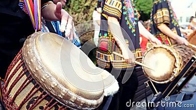 Ομάδα ανθρώπων που παίζουν Αφρικανικά τύμπανα, τζιάμπε σε μια ηλιόλουστη πόλη φιλμ μικρού μήκους