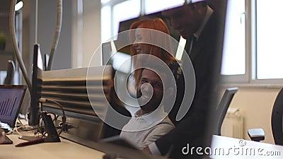 Ομάδα επιχειρηματιών στην αντανάκλαση της οθόνης υπολογιστή στο γραφείο απόθεμα βίντεο