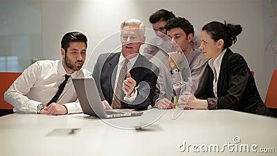 Ομάδα επιχειρηματιών σχετικά με τη συνεδρίαση στο σύγχρονο γραφείο ξεκινήματος,