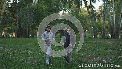 Ομοφυλοφιλικό ζευγών στο πάρκο, που εξισώνει την κατάρτιση, που συζητά τα οικογενειακά ζητήματα φιλμ μικρού μήκους