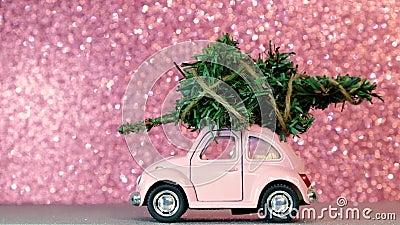 Ομσκ, Ρωσία - Oktober 27, 2018: το πρότυπο αυτοκίνητο παιχνιδιών με το χριστουγεννιάτικο δέντρο επάνω στους γύρους στεγών σε ρόδι φιλμ μικρού μήκους