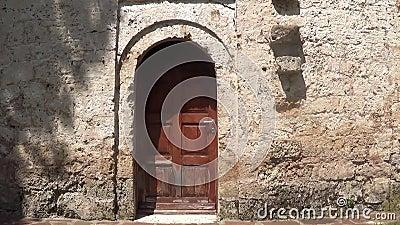 Ορθόδοξος ναός στην μπροστινή πόρτα του βουνού φιλμ μικρού μήκους
