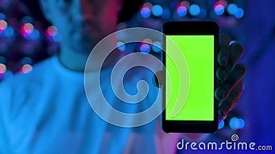 Ο Άνδρας Που Χρησιμοποιεί Το Smartphone Εμφανίζει Την Πράσινη Οθόνη Με Το Πλήκτρο Chroma Κατακόρυφη Λάμψη Οθόνης απόθεμα βίντεο