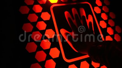 Ο άνθρωπος έβαλε το χέρι του στη μελλοντική συσκευή ανίχνευσης δακτυλικών αποτυπωμάτων βιομετρική ασφάλεια απόθεμα βίντεο