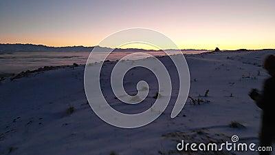Ο άνθρωπος ελέγχει τα γυρίσματα του drone Όμορφο χιονισμένο τοπίο Χειμώνας, Καύκασος, ηλιοβασίλεμα φιλμ μικρού μήκους
