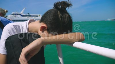 Ο έφηβος αγοριών πάσχει από την ασθένεια κινήσεων ενώ σε ένα ταξίδι βαρκών Φόβος του ταξιδιού ή ασθένεια του ιού κατά τη διάρκεια φιλμ μικρού μήκους