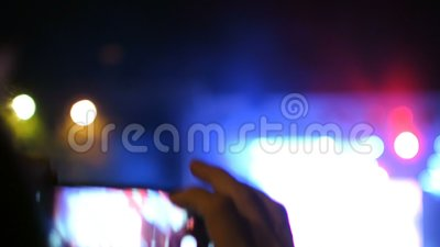 Ο ανεμιστήρας παίρνει την εικόνα στο γεγονός συναυλίας παρουσιάζει σκιαγραφία χεριών στενή απόθεμα βίντεο