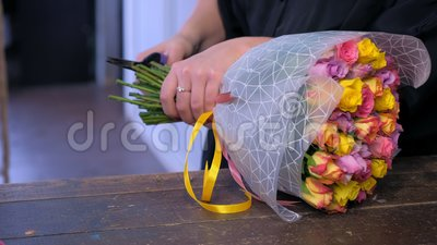 Ο ανθοκόμος γυναικών κόβει τη δέσμη μίσχων τριαντάφυλλων με το pruner στο ανθοπωλείο, χέρια clsoeup απόθεμα βίντεο
