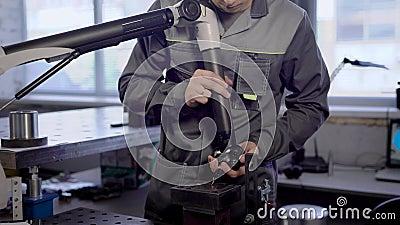 Ο αρσενικός τεχνικός ελέγχει και ελέγχει την ποιότητα τελειωμένος - προϊόντα των εγκαταστάσεων σε ένα εργαστήριο, που μετρά τις π απόθεμα βίντεο