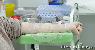 Ο ασθενής αντλεί αίμα με το χέρι πριν κάνει εξέταση αίματος Μια νοσοκόμα σκουπίζει τις φλέβες με μαλλί που έχει υποστεί αλκοόλη Κ φιλμ μικρού μήκους