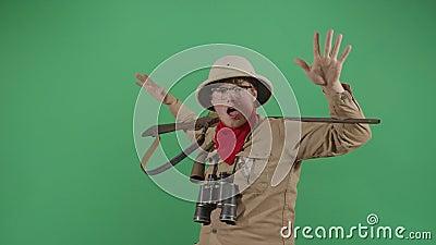 Ο αστείος εξερευνητής χορεύει με το όπλο του απόθεμα βίντεο