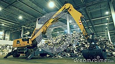 Ο βιομηχανικός εκσκαφέας εκτοπίζει τμήματα αποβλήτων απόθεμα βίντεο