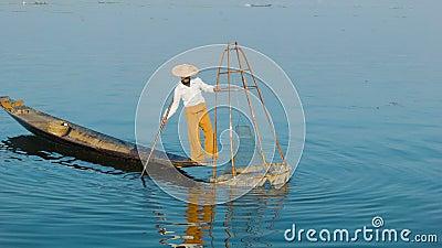 Ο βιρμανός ψαράς παρουσιάζει ψάρια στην παραδοσιακή παγίδα inle λίμνη Myanmar φιλμ μικρού μήκους