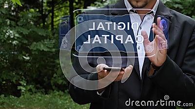 Ο επιχειρηματίας χρησιμοποιεί ολόγραμμα με κείμενο Ψηφιακό κεφάλαιο απόθεμα βίντεο
