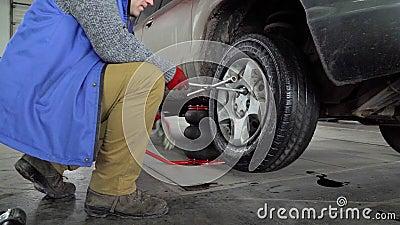 Ο εργαζόμενος ξεβιδώνει το τιμόνι από το αυτοκίνητο απόθεμα βίντεο