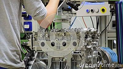 Ο εργαζόμενος συγκεντρώνει μια μηχανή φιλμ μικρού μήκους