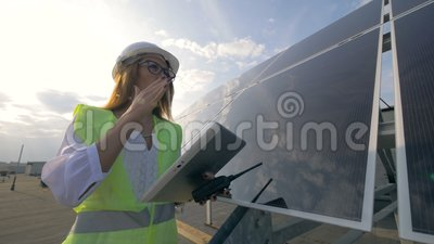 Ο θηλυκός ηλιακός κατασκευαστής εργάζεται με τις συσκευές απόθεμα βίντεο