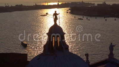 Ο θόλος του παλιού καθεδρικού ναού του Σαν Τζόρτζιο Μαγγκιόρ ενάντια στο ηλιοβασίλεμα Βενετία φιλμ μικρού μήκους