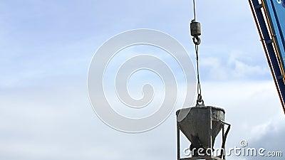Ο κάδος γερανών πετά το αμμοχάλικο σε ένα σιλό σε συγκεκριμένες εγκαταστάσεις φιλμ μικρού μήκους