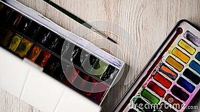 Ο καλλιτέχνης προετοιμάζεται να σύρει Ανοίγει τα κιβώτια, από με το watercolor τα χρώματα γίνονται τελικά εθισμένα Παραδίδει φιλμ μικρού μήκους