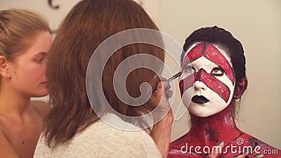 Ο καλλιτέχνης makeup που σύρει την περίληψη των ματιών απόθεμα βίντεο