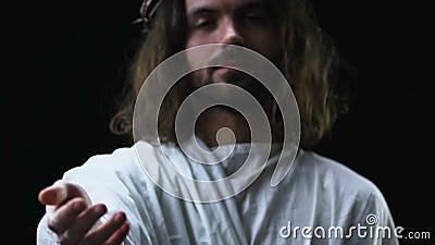 Ο καλός Ιησούς Χριστός που τεντώνει το χέρι βοηθείας στο σκοτεινό κλίμα, χριστιανισμός απόθεμα βίντεο