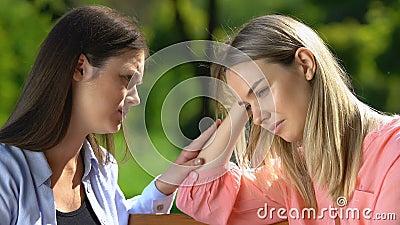Ο καλύτερος φίλος υποστηρίζει και παρηγορεί θλιμμένες γυναίκες που κλαίνε στο πάρκο, την εμπιστοσύνη και τη φροντίδα απόθεμα βίντεο
