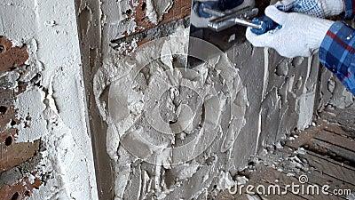 Ο κατασκευαστής γύψου ευθυγραμμίζει το στρώμα γύψου που σιδερώνει τον γύψο στον τοίχο από τούβλα, Επισκευή και κατασκευή, Φωτογρα φιλμ μικρού μήκους