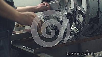 Ο κύριος καθαρίζει το δίσκο αυτοκινήτων από το παλαιό χρώμα απόθεμα βίντεο