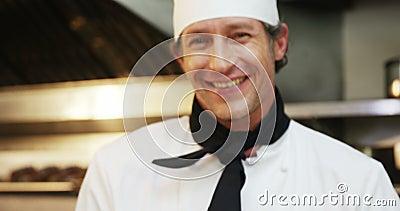 Ο μάγειρας γαστρονομικός μαγειρεύει croissants φιλμ μικρού μήκους