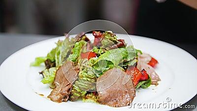 Ο μάγειρας ολοκληρώνει την προετοιμασία της σαλάτας, στο πλαίσιο των χεριών αρχιμαγείρων ` s φιλμ μικρού μήκους