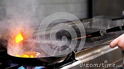 Ο μάγειρας που τηγανίζει ένα κομμάτι του κρέατος στηθών παπιών με ανοίγει πυρ σε ένα τηγάνι απόθεμα βίντεο