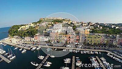 Ο μεσογειακός πόλης εναέριος πυροβολισμός παραλιών, βάρκες ελλιμένισε στο λιμένα, θερινές διακοπές απόθεμα βίντεο