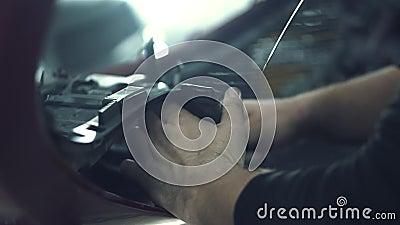Ο μηχανικός αυτοκινήτων εγκαθιστά το προστατευτικό πλέγμα απόθεμα βίντεο