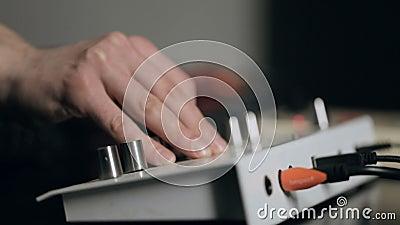 Ο μουσικός συντονίζει τους συνθέτες και παίζει την ηλεκτρονική κρούση απόθεμα βίντεο