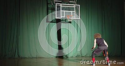 Ο μπασκετμπολίστας κοιτάζει το καλάθι και προετοιμάζει την αυτοπεποίθηση και μόνο το παιχνίδι με τη φωτεινή ακτίνα φιλμ μικρού μήκους