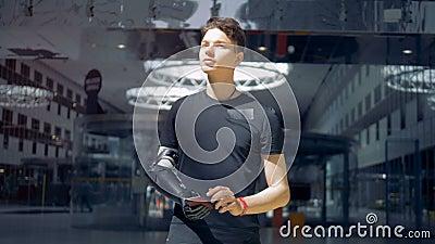 Ο νεαρός άνδρας χρησιμοποιεί το smartphone του με ένα τεχνητό χέρι Άτομο της μελλοντικής έννοιας απόθεμα βίντεο