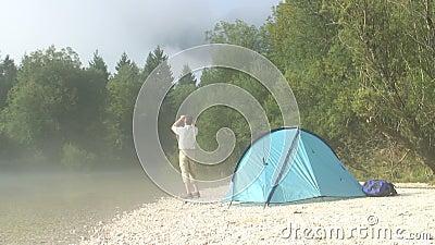 Οδοιπόρος με διοφθαλμικό εκτός από τη σκηνή του απόθεμα βίντεο