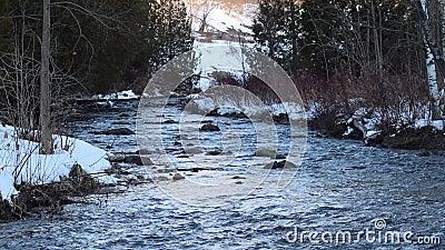 Ο πιστωτικός ποταμός που ρέει μετά το χιόνι κάλυψε τις τράπεζες απόθεμα βίντεο