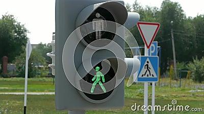 Ο πράσινος φωτεινός σηματοδότης με ζωηρόχρωμο τα φω'τα σε ένα υπόβαθρο απόθεμα βίντεο